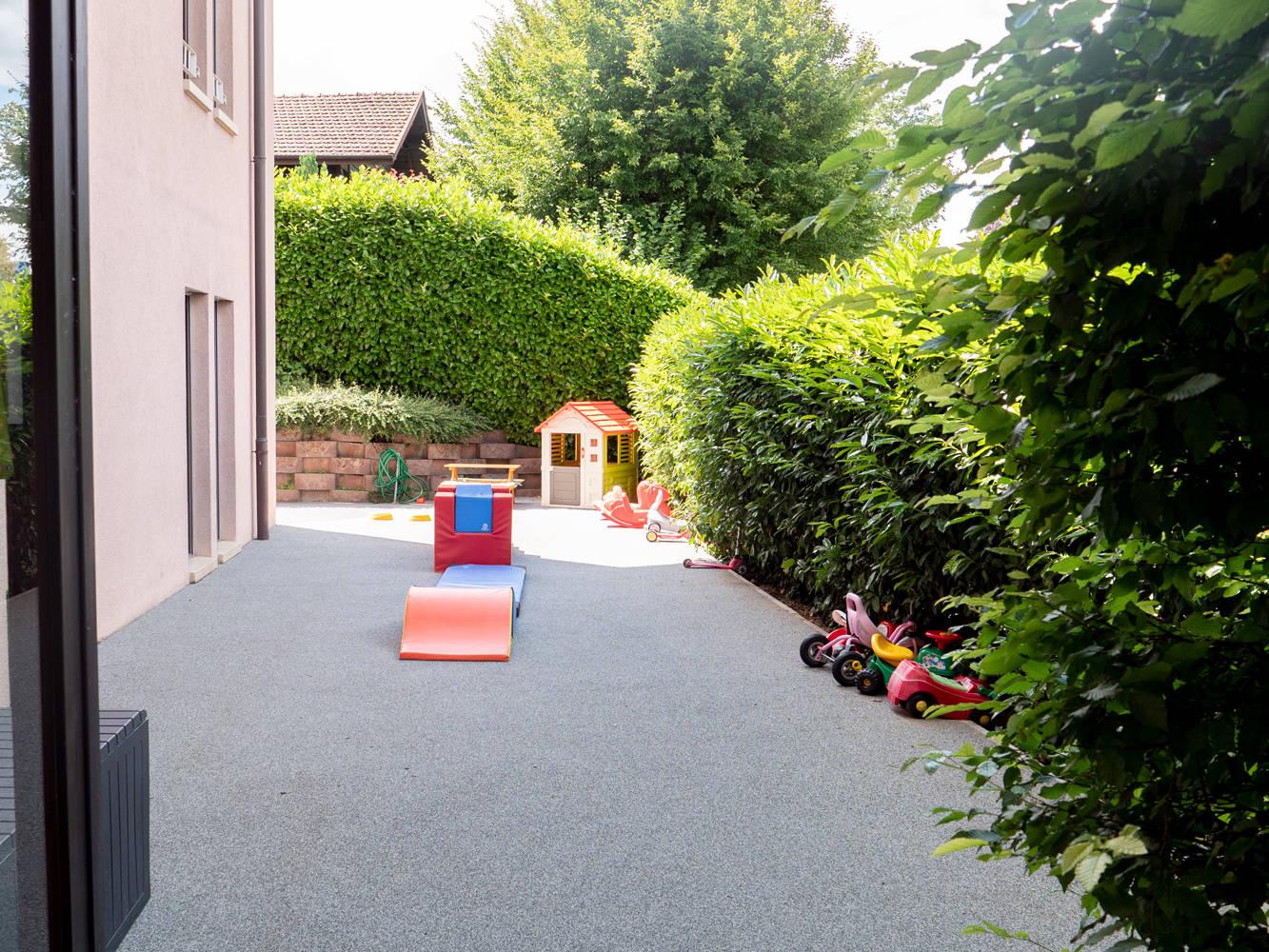 Photo des activités extérieures la crèche Kids unlimited à Commugny à Terre Sainte